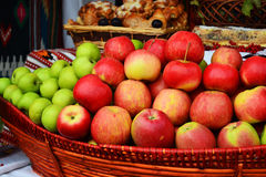 Ciérrese para arriba de las manzanas verdes apiladas en una cesta fotos de archivo libres de regalías
