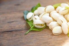 Ciérrese para arriba de las nueces de pistachos en la tabla de madera Pistacho en de madera imagen de archivo libre de regalías