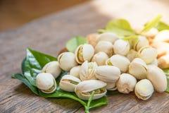 Ciérrese para arriba de las nueces de pistachos en la tabla de madera Pistacho en de madera fotografía de archivo