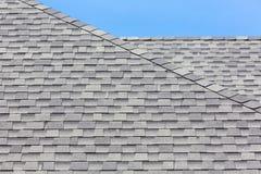 Ciérrese para arriba de las nuevas tejas de tejado de goma fotografía de archivo libre de regalías