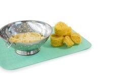 Ciérrese para arriba de las pastas en colador con tagliolini en la estera de lugar Fotografía de archivo