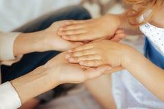Ciérrese para arriba de las pequeñas manos de los childs Fotografía de archivo libre de regalías