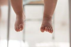 Ciérrese para arriba de las piernas de los bebés Foto de archivo libre de regalías