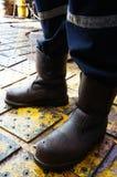 Ciérrese para arriba de las piernas del hombre que se colocan en el suelo del aparejo Imagen de archivo