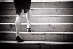 Ciérrese para arriba de las piernas del ` s de la mujer y de los zapatos de cuero mientras que camina para arriba a t Imagenes de archivo