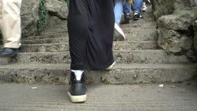 Ciérrese para arriba de las piernas femeninas que caminan encima de las escaleras almacen de video