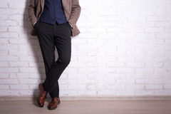 Ciérrese para arriba de las piernas masculinas en traje de negocios y zapatos Imagen de archivo libre de regalías