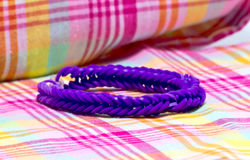 Ciérrese para arriba de las pulseras púrpuras del color hechas con las gomas Foto de archivo
