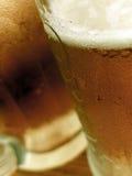 Ciérrese para arriba de las tazas de una cerveza Foto de archivo libre de regalías