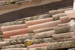 Ciérrese para arriba de las tejas de tejado viejas Imagen de archivo libre de regalías