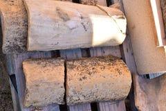 Ciérrese para arriba de las tejas de tejado viejas en dos filas y todas las tejas están quebradas Las tejas antiguas se manchan c imagenes de archivo