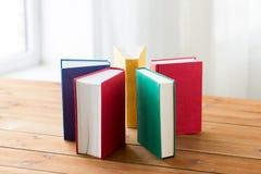 Ciérrese para arriba de libros en la tabla de madera Imagen de archivo libre de regalías