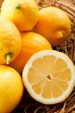 Ciérrese para arriba de limones amarillos jugosos Fotografía de archivo