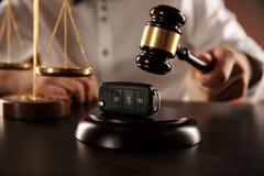 Ciérrese para arriba de llaves del mazo y del coche del juez sobre mezcladora de audio en blanco foto de archivo