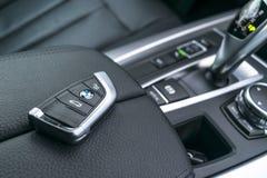 Ciérrese para arriba de llaves inalámbricas de BMW X5 F15 2017 en interior de cuero negro del coche detalles modernos del interio Fotos de archivo libres de regalías