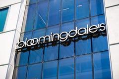 Ciérrese para arriba de logotipo de los grandes almacenes del ` s de Bloomingdale foto de archivo libre de regalías