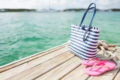 Ciérrese para arriba de los accesorios de la playa en el embarcadero de madera Foto de archivo libre de regalías