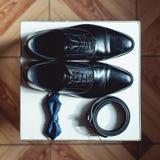 Ciérrese para arriba de los accesorios del hombre moderno bowtie negro, zapatos de cuero, y correa Foto de archivo libre de regalías