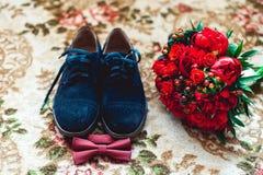 Ciérrese para arriba de los accesorios del hombre moderno Corbata de lazo de la cereza, ramo más shoest y rojo de cuero azul de l Imagen de archivo