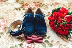 Ciérrese para arriba de los accesorios del hombre moderno Corbata de lazo de la cereza, ramo más shoest y rojo de cuero azul de l Imágenes de archivo libres de regalías