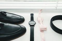 Ciérrese para arriba de los accesorios del hombre moderno corbata de lazo beige, zapatos de cuero negros, correa y reloj Fotos de archivo