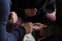 Ciérrese para arriba de los adictos que usan píldoras de la droga imagenes de archivo