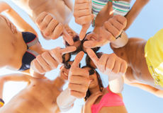Ciérrese para arriba de los amigos que muestran los pulgares en círculo Imagen de archivo libre de regalías