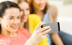 Ciérrese para arriba de los amigos que toman el selfie con smartphone Imagen de archivo libre de regalías