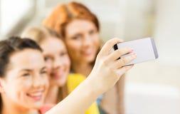 Ciérrese para arriba de los amigos que toman el selfie con smartphone Fotos de archivo libres de regalías