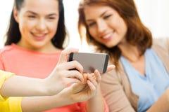 Ciérrese para arriba de los amigos que toman el selfie con smartphone Fotos de archivo