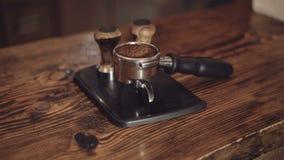 Ciérrese para arriba de los argumentos de café en el buque para el fabricante de café en 4K metrajes