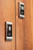 Ciérrese para arriba de los armarios numerados modernos asegurados con cardkey imágenes de archivo libres de regalías