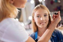 Ciérrese para arriba de los artistas de maquillaje que están a punto de aplicar el rimel Foto de archivo