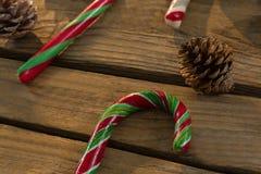 Ciérrese para arriba de los bastones de caramelo y de los conos del pino en la tabla Imágenes de archivo libres de regalías