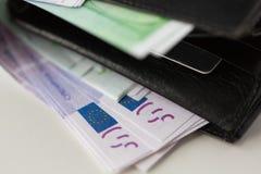 Ciérrese para arriba de los billetes euro en cartera Imagen de archivo libre de regalías