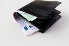 Ciérrese para arriba de los billetes euro en cartera en la tabla Foto de archivo libre de regalías