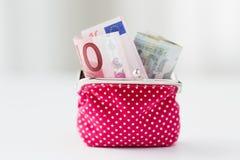 Ciérrese para arriba de los billetes euro en cartera rosada Imagen de archivo libre de regalías