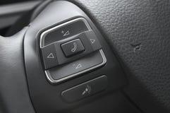 Ciérrese para arriba de los botones del coche de un control del volante Imagenes de archivo