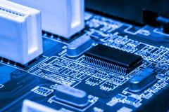Ciérrese para arriba de los circuitos electrónicos en el tablero de lógica del fondo del ordenador de la tecnología de Mainboard, Imágenes de archivo libres de regalías