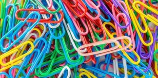 Ciérrese para arriba de los clips de papel del color Imágenes de archivo libres de regalías
