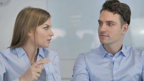 Ciérrese para arriba de los colegas que tienen charla del negocio, reunión de negocios almacen de metraje de vídeo