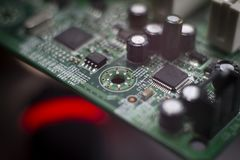 Ciérrese para arriba de los componentes electrónicos en el tablero de PC foto de archivo
