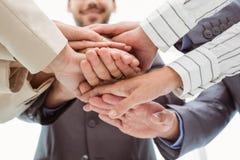 Ciérrese para arriba de los ejecutivos que llevan a cabo las manos juntas Imagenes de archivo