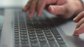 Ciérrese para arriba de los fingeres masculinos que presionan los botones del ordenador portátil, usando panel táctil almacen de metraje de vídeo