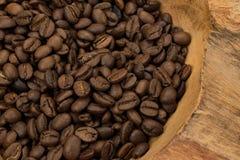 Ciérrese para arriba de los granos de café asados en madera rústica vieja Imagen de archivo libre de regalías