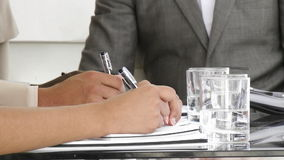 Ciérrese para arriba de los hombres de negocios multiétnicos que hacen notas almacen de metraje de vídeo