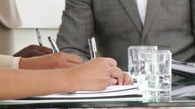 Ciérrese para arriba de los hombres de negocios que hacen notas
