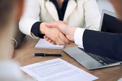 Ciérrese para arriba de los hombres de negocios que sacuden las manos en la reunión o la negociación en la oficina Satisfacen a l imagenes de archivo