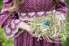 Ciérrese para arriba de los huevos de Pascua coloridos en una cesta Imagen de archivo libre de regalías