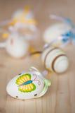 Ciérrese para arriba de los huevos de Pascua hechos a mano coloridos Fotos de archivo